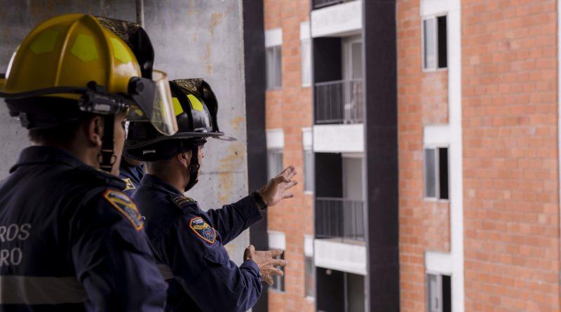 Bomberos Rionegro realiza pruebas para las maniobras del derribamiento del edificio Altos del Lago